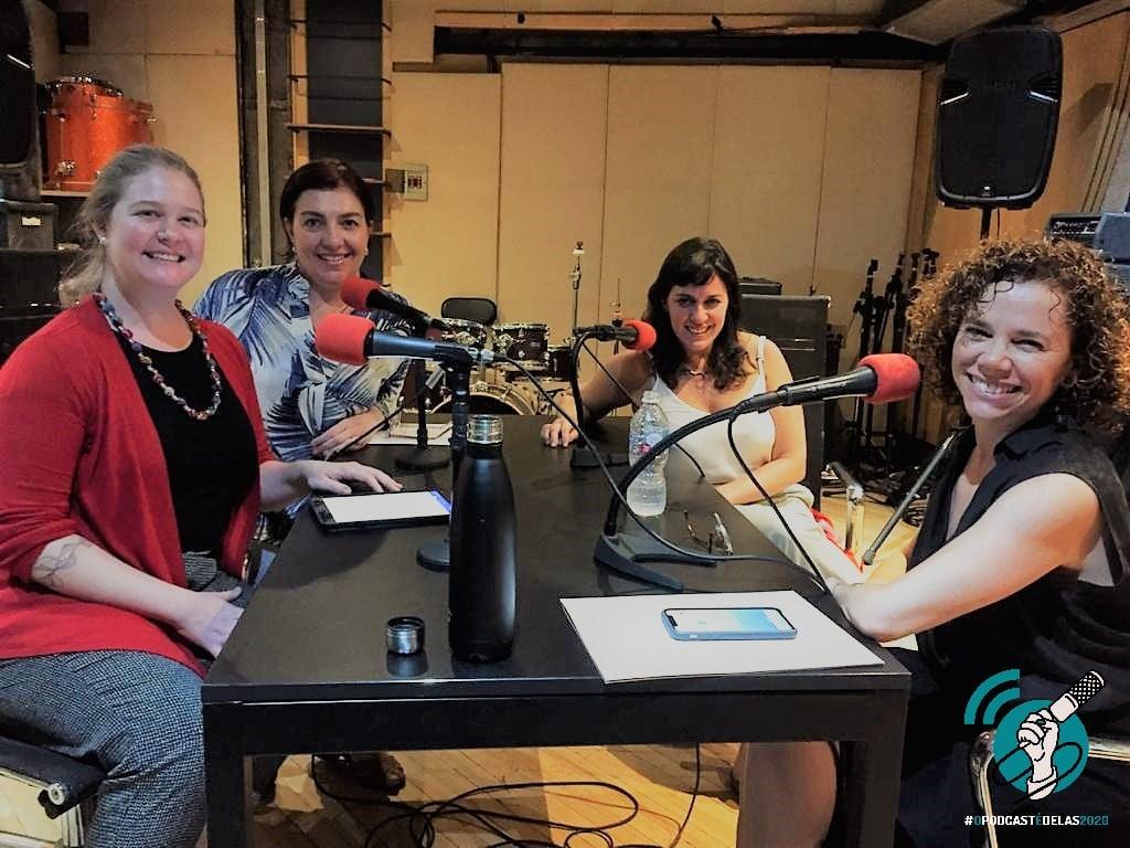 Assessoria de com_com logo o podcast é delas - Maria Cláudia Gavioli
